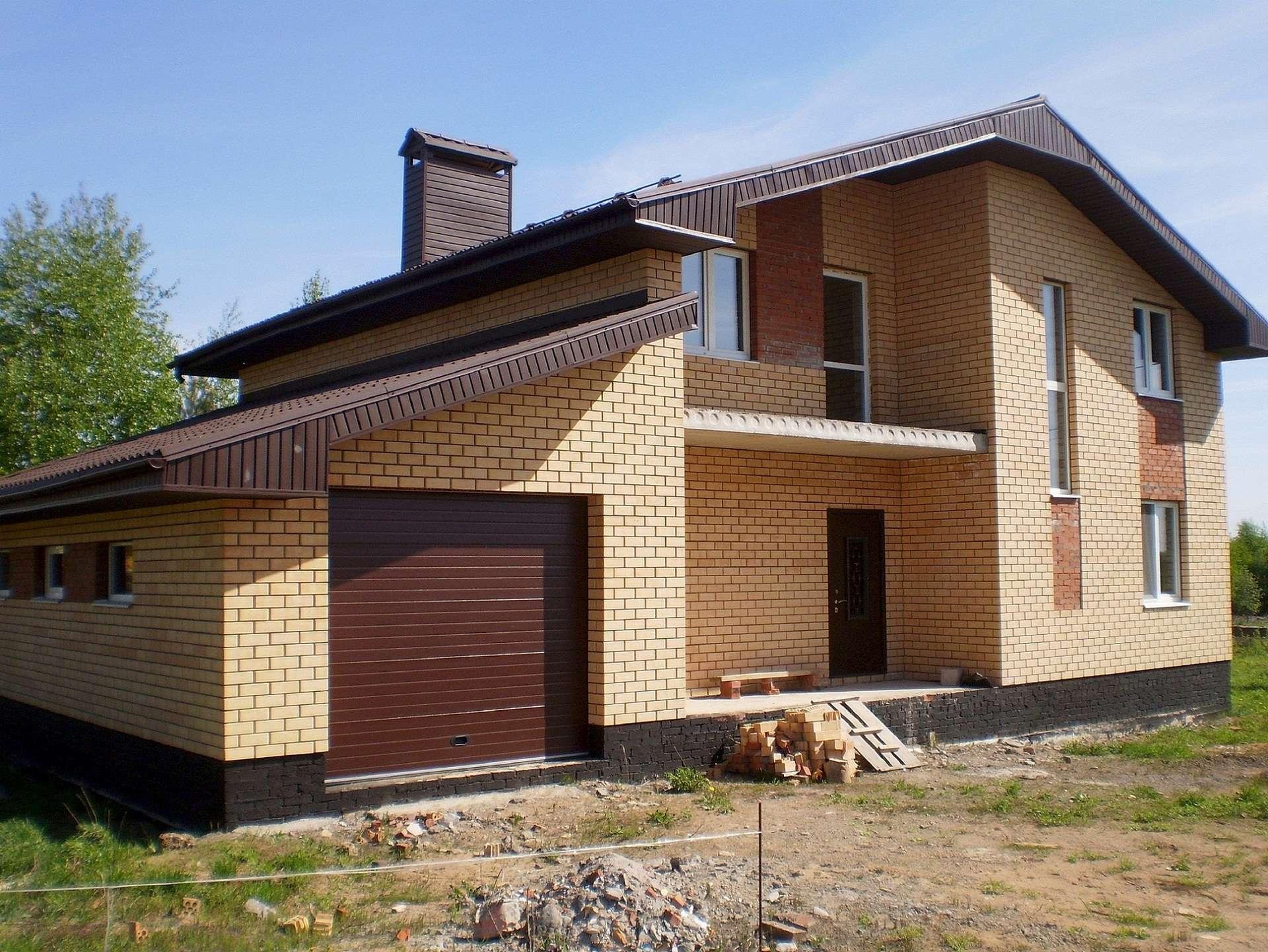 Небольшой кирпичный дом с гаражом фото